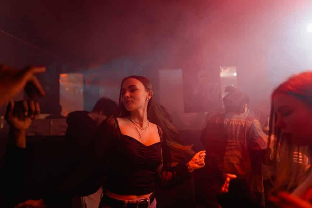 Femme dansant durant une soirée en boîte de nuit