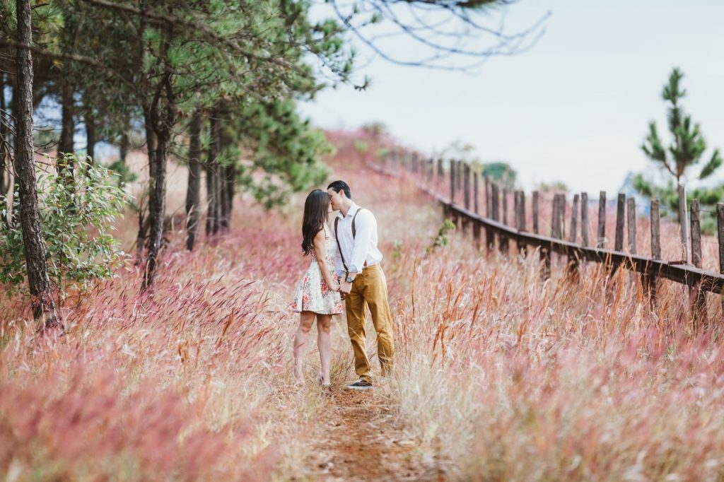 Couple heureux amoureux balade champs
