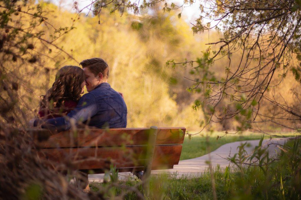 Couple enlacé assis sur un banc