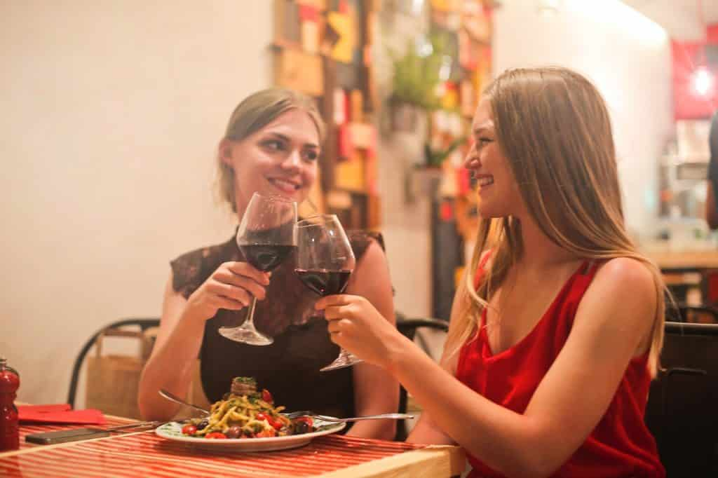 2 femmes dinant ensemble, heureuses