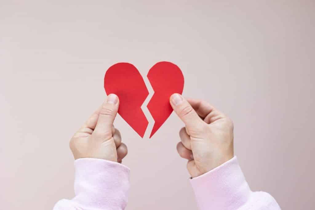 Coeur brisé tenu dana les mains