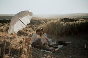 Couple faisant un pique-nique romantique sur la plage